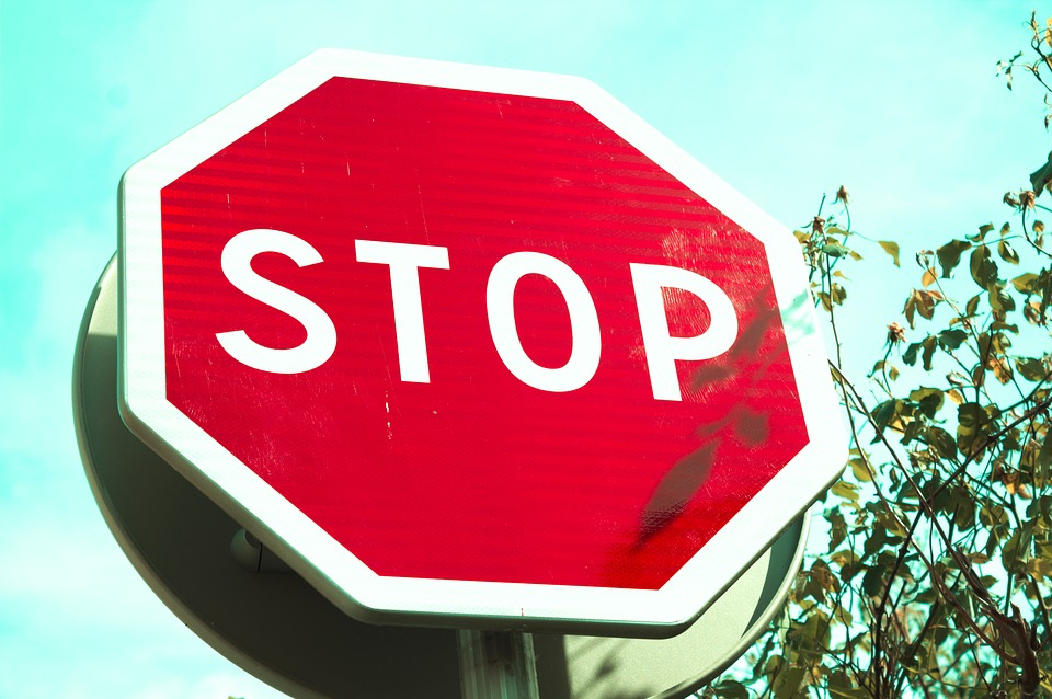 Comparing the 3 Primary Types of Traffic Signs